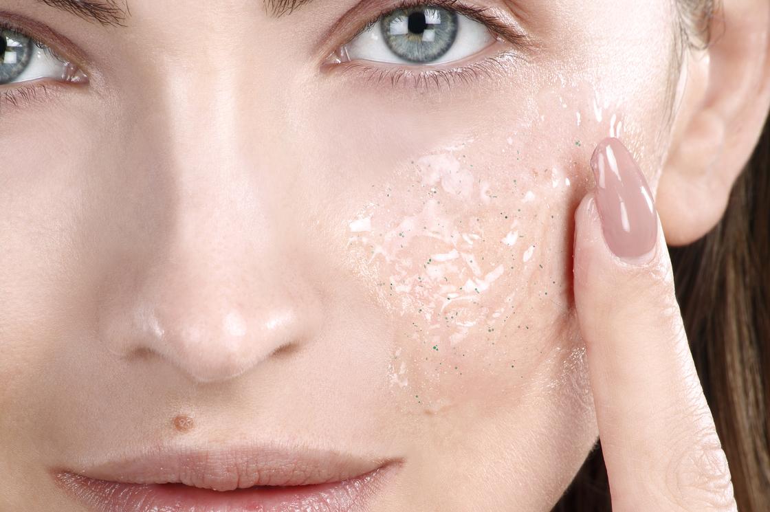 Peeling chimico la forza esfoliante di acidi adatti per rigenerare la pelle