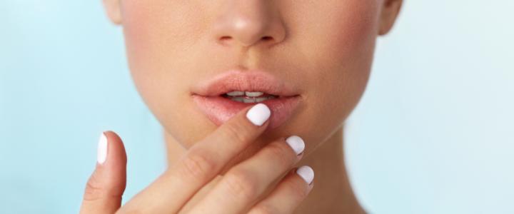 Lip tenting: volume e definizione alle labbra più mature